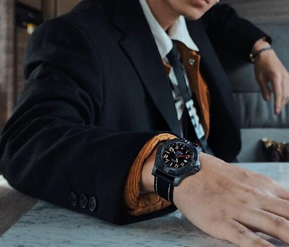 Replica watches online are very appropriate for cool men.